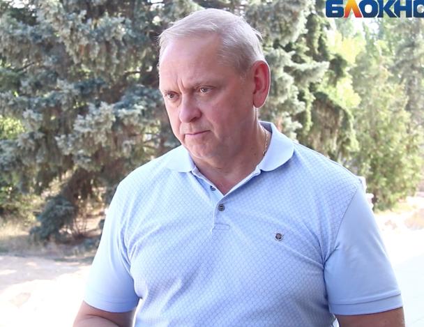 Мэр Волжского лично проверил благоустройство площади у «Юности»