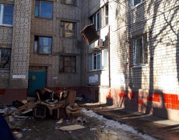 Летающая мебель: волжанин избавился от хлама через окно