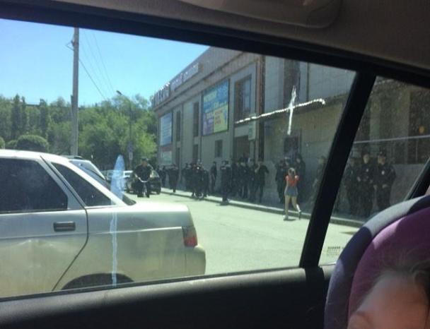 Толпа полицейских у ТЦ Волжского не на шутку напугала горожан
