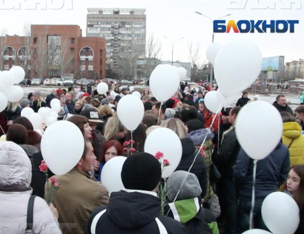 ВПетрозаводске воздушные шарики запустили впамять опогибших вКемерово