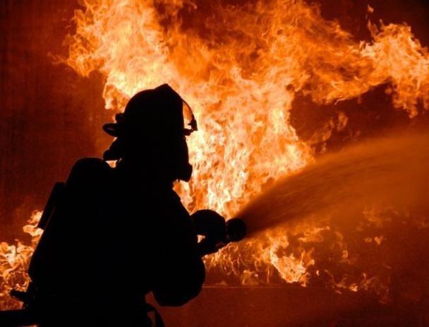 Огненная стихия уничтожила хозяйственную постройку под Волжским