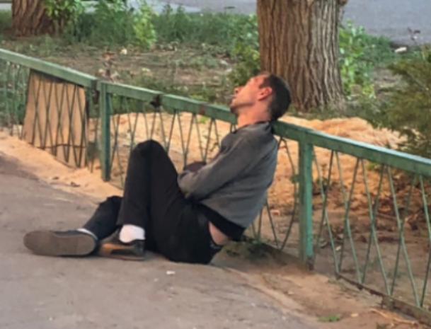 Мужчина лег спать на тротуар, - волжанка