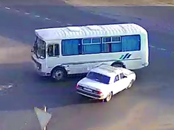 Водитель «ГАЗа» въехал в старенький автобус под Волжским