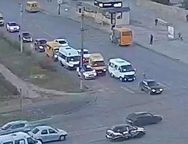 Непонятный маршрутчик устроил ДТП перед светофором в Волжском