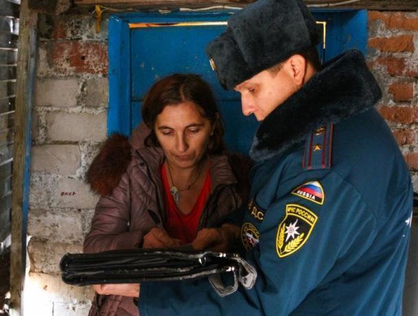 После гибели трех детей в пожаре по улицам Ленинска прошли спасатели