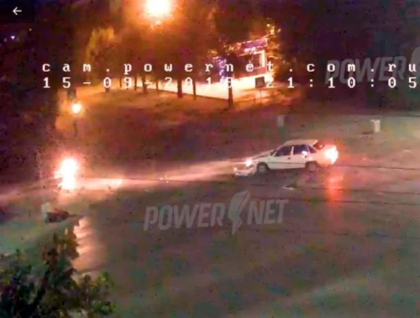 Мотороллер попал под колеса авто проскочив на красный сигнал