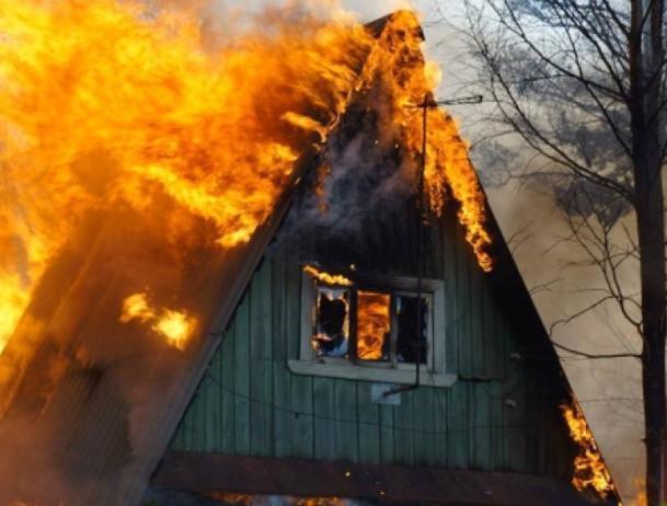 В Среднеахтубинском районе горел деревянный домик
