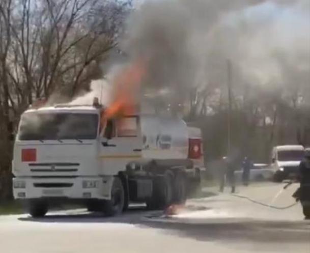 «Из кабины выпрыгнул водитель весь в огне», - подробности возгорания бензовоза