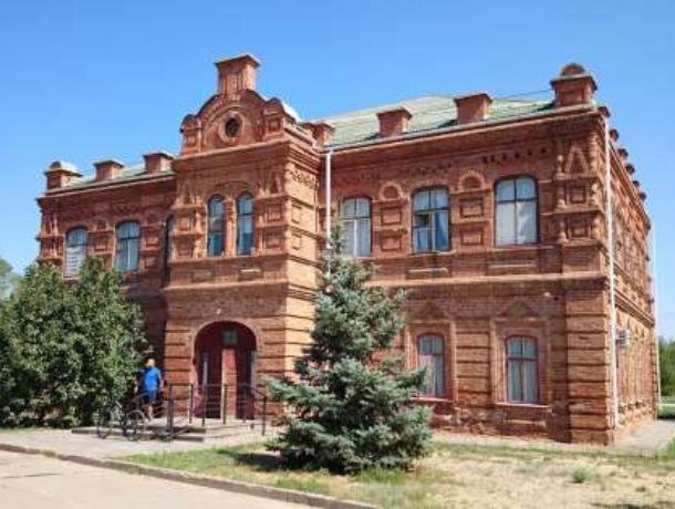 В Волжском открылась выставка графических произведений