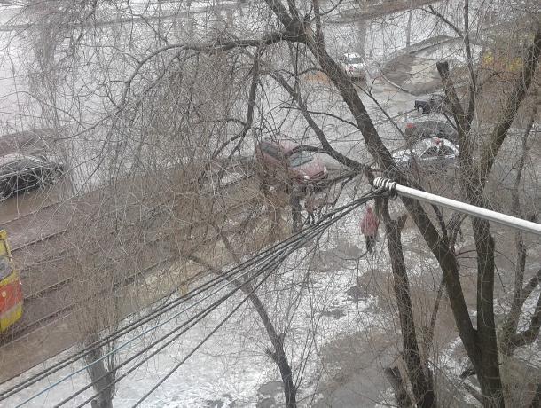 В Волжском застрявшая «легковушка» остановила движение трамваев