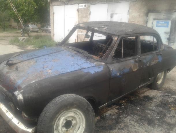 Раритетная «Волга» сгорела в Волжском в гараже
