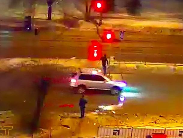 Бегущий на «красный» пешеход устроил ДТП в Волжском