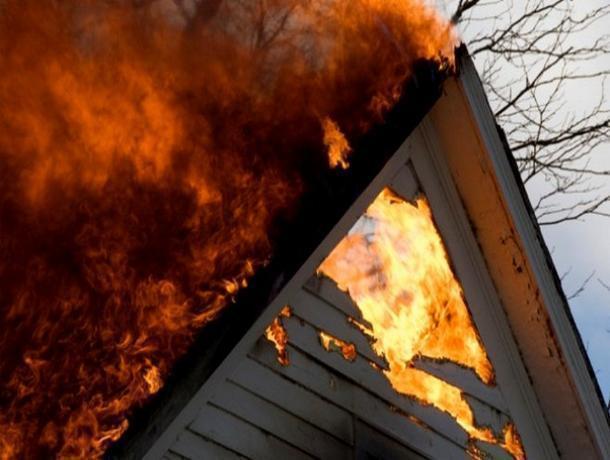 В ярком пламени оказалась крыша дома на Зеленом в Волжском