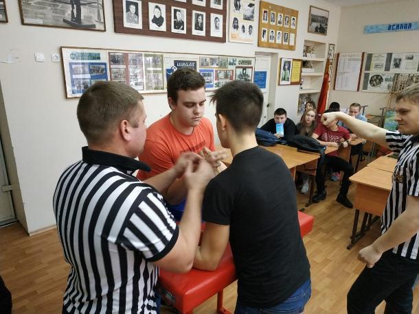 В Волжских школах прошли соревнования по армреслингу