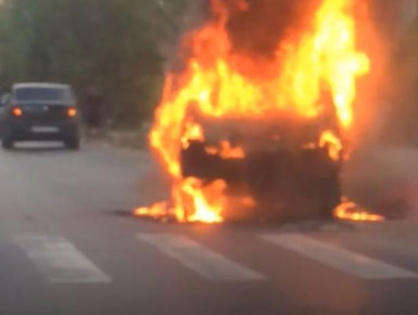На дороге в Волжском в адском пламени сгорела «Нива»