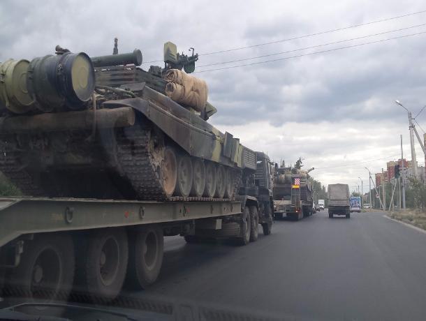 Военный обоз с танками прокатился по главным улицам Волжского