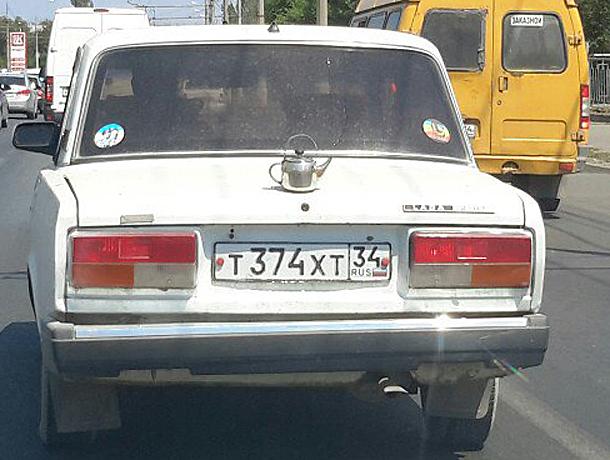Водителя с завидным чувством юмора и чайником на капоте встретил волжанин на дороге
