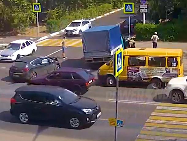 В Волжском легковушка на полном ходу влетела в грузовик