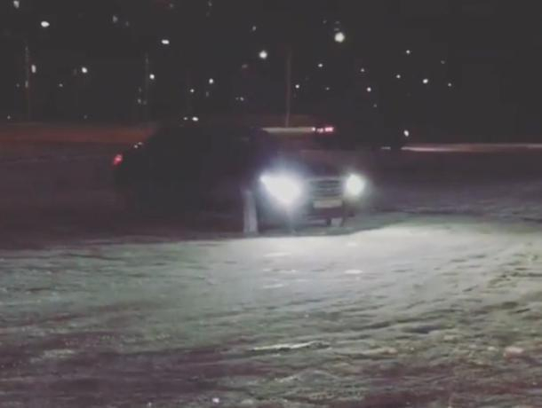 Снежный дрифт устроили волжане на небольшой парковке