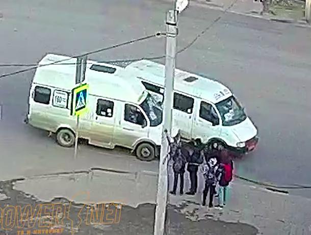 Две маршрутки не поделили остановку в Волжском