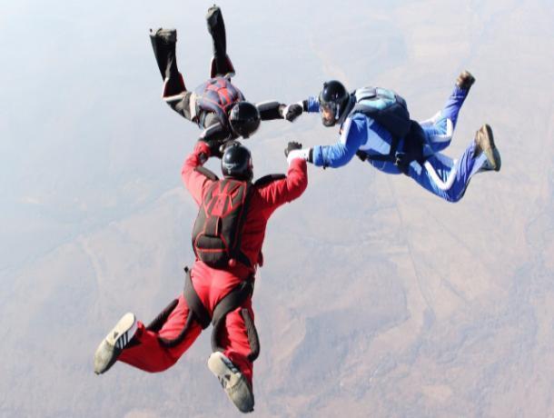 Для 26 кадетов из Астрахани авиаклуб устроил опасные прыжки с парашютом в Средней Ахтубе