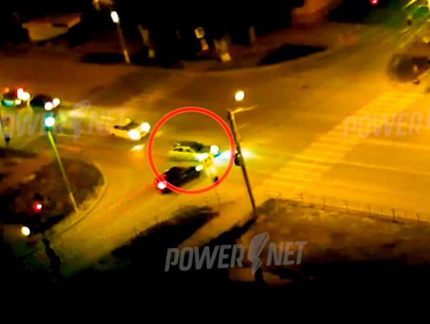 Мощный удар на перекрестке прервал движение авто