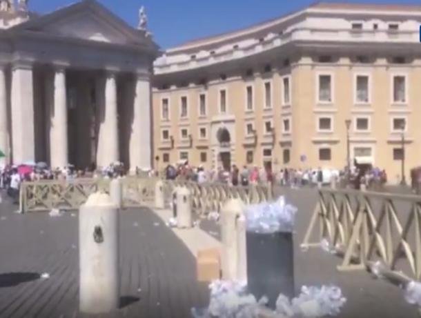 После молитвы туристы оставили горы мусора в Ватикане, - волжанка