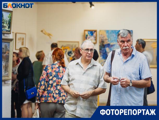 Впечатляющая выставка «Родному городу» попала под прицелы фотокамер