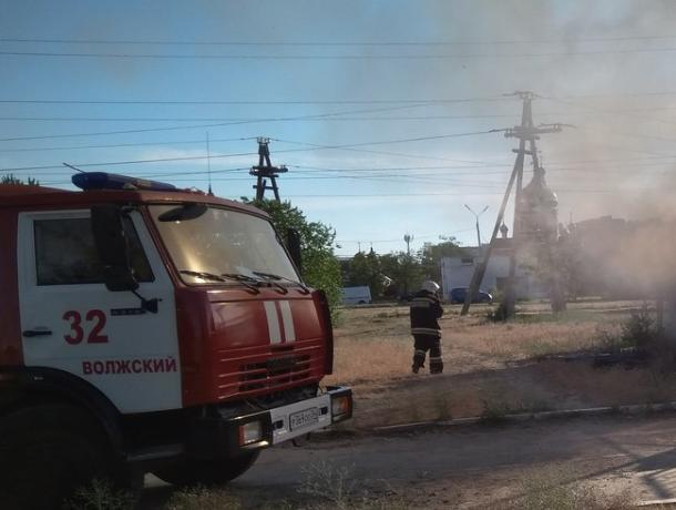В Волжском на улице Свердлова вспыхнула «Волга»