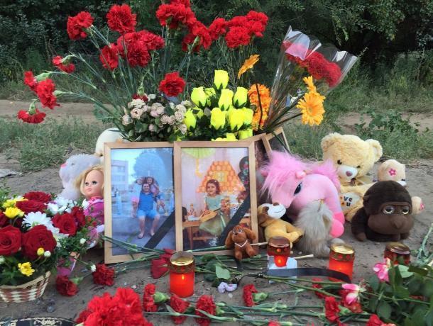 В память погибших в аварии под Волгоградом несут цветы и игрушки