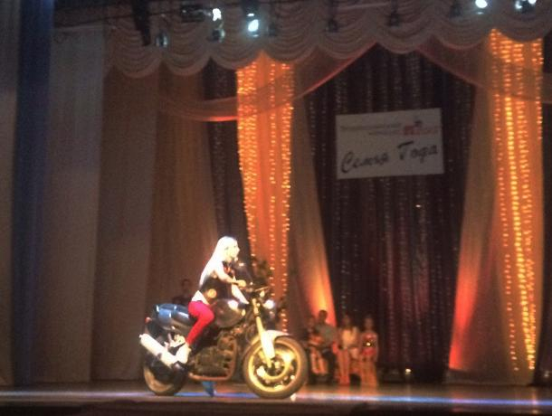 Трогательное признание в любви, мотоцикл на сцене и лазерное шоу: «Семья года» в Волжском