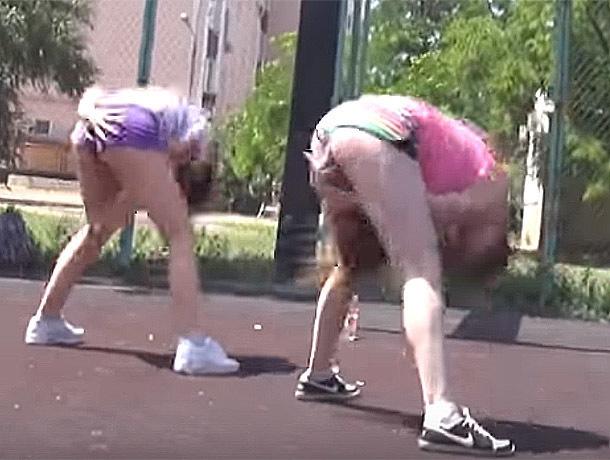 Жаркие танцы и попотряс устроили студентки на спортплощадке в Волжском