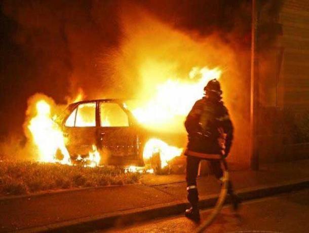 В Волжском горят автомобили