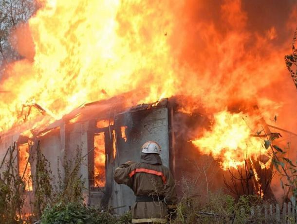 В воскресенье под Волжским сгорел дом