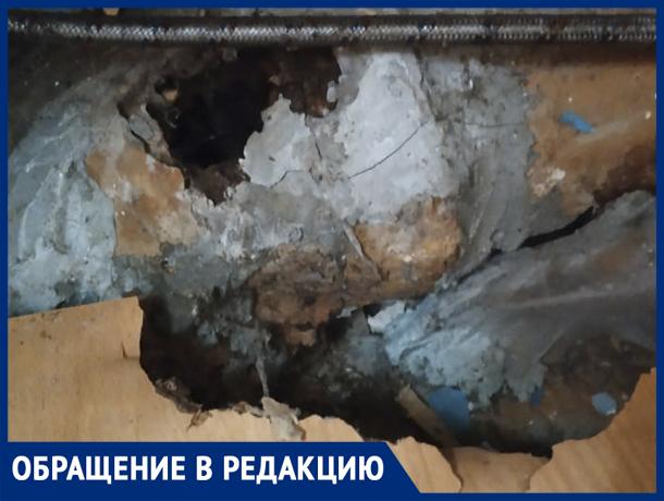 «В нашем аварийном доме обитают бомжи, дом рушится, гниет», - волжанка