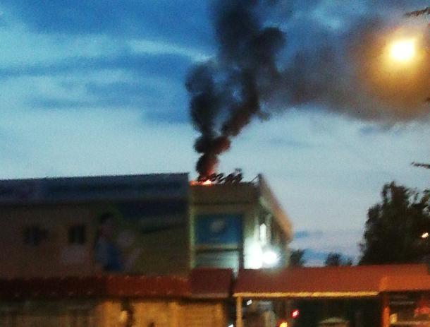 Еще одну крышу торгового центра охватил огонь