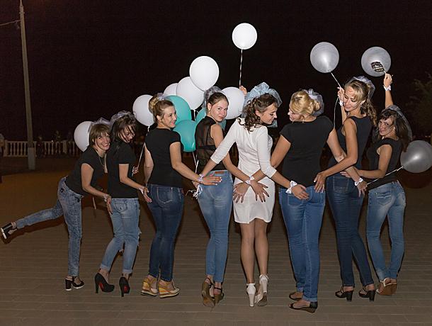 Красотки отожгли на джинсовом девичнике, проводив во «взрослую» жизнь окольцованную подружку в Волжском
