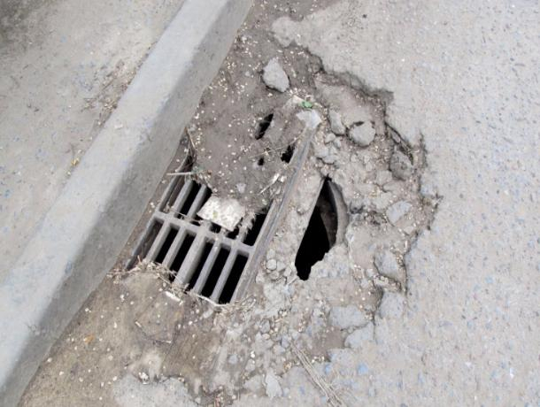 Дорога на въезде в 9 микрорайон начала обваливаться, угрожая жизням волжан