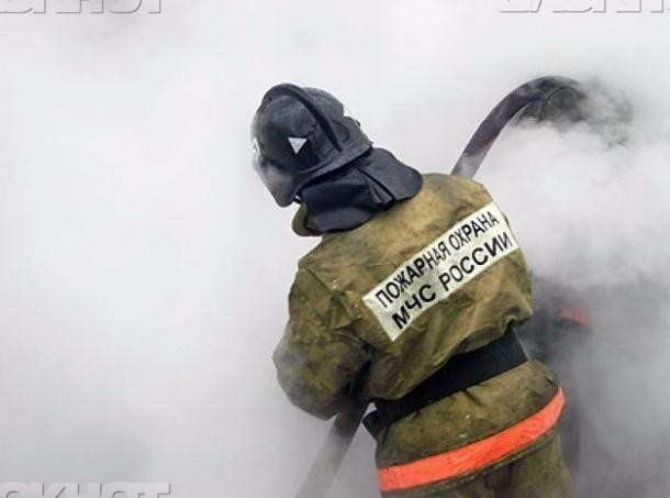 Полыхающий частный дом в Среднеахтубинском районе пришлось тушить поздним вечером
