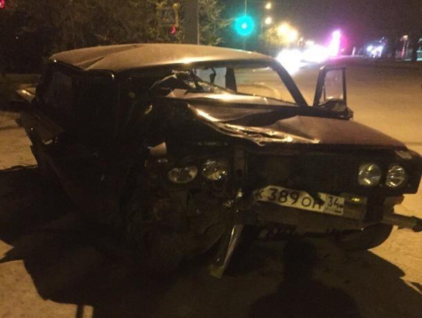 Три пассажира и водитель пострадали в ночной аварии в Волжском