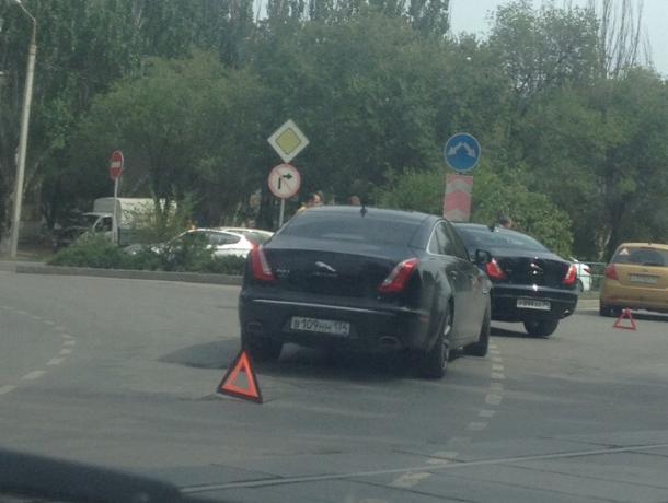 ДТП на миллион в Волжском: два Jaguar притерлись на дороге