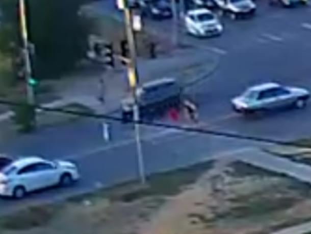 Водитель внедорожника протащил ребенка несколько метров в Волжском