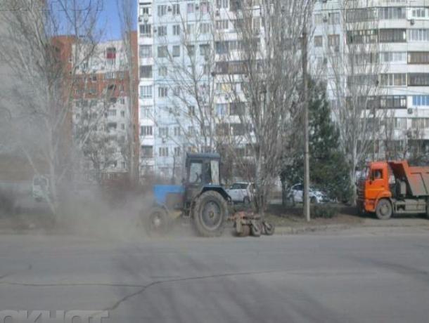 Пыльные дороги в Волжском чистят для ремонта