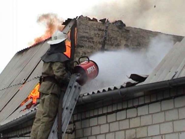 Кровля частного дома сгорела под Волжским