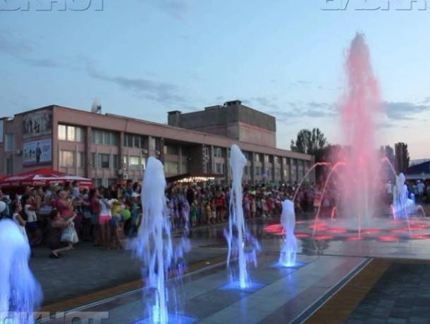 Бестолковые родительницы позволяют детям «купаться» в «поющем» фонтане, - волжанка
