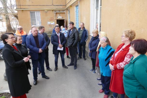 Выездная комиссия депутатов в Волжском встретилась с жильцами аварийного дома