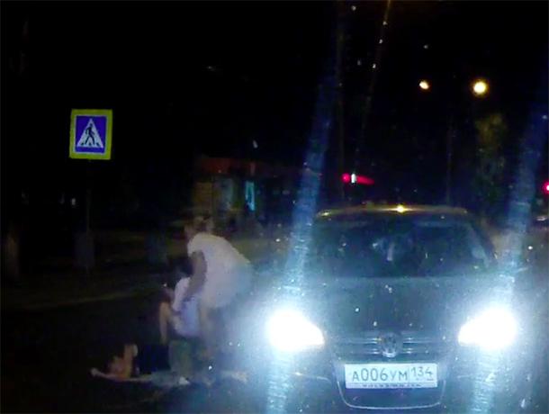 Автоледи сбила с ног двух волжанок на «зебре»