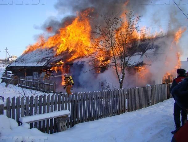Кирпичный дом вспыхнул в Среднеахтубинском районе из-за электроприбора