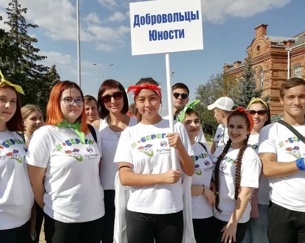Студенты почистили озеро в Волжском