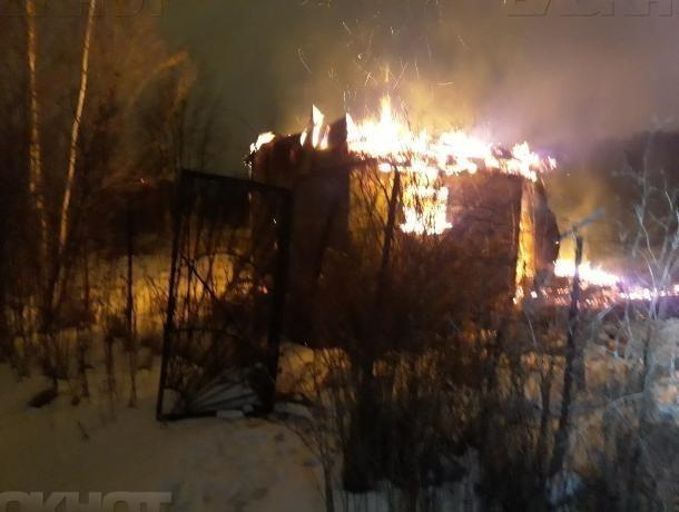 Металлический вагончик вспыхнул глубокой ночью под Волжским